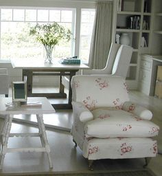 Modern Country Style: More Cabbages and Roses Hatley Loving! Click through for details. Cottage Interiors, Red Interiors, Modern Rustic Interiors, Beautiful Interiors, Country Interiors, Modern Country Style, Couch, Sofa Covers, Interior Design Inspiration
