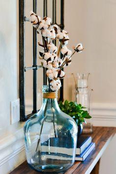 Elegant Room Decoration Ideas With Flower Vases 47 Magnolia Home Rugs, Magnolia Homes, Farmhouse Table, Farmhouse Decor, Farmhouse Design, Vases Decor, Table Centerpieces, Estilo Joanna Gaines, Window Pane Mirror