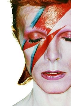 """vintagegal: """" David Bowie photographed by Brian Duffy for the cover of his Aladdin Sane album, 1973 """" David Bowie Kostüm, David Bowie Makeup, Sanaa Lathan, Toni Braxton, Meek Mill, Amy Winehouse, Halle Berry, David Bowie Wallpaper, Punk Rock"""