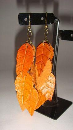 Aros modelo Hojitas realizados en cuero repujado  pintados con anilinas  al alcohol