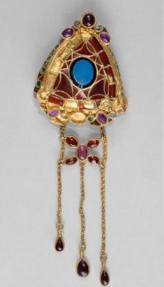 (Roman) Gold fibula, inlaid with onyx, garnet, amethyst, glass paste. Renaissance Jewelry, Medieval Jewelry, Ancient Jewelry, Antique Jewelry, Gold Jewelry, Jewelery, Vintage Jewelry, Fine Jewelry, Roman Jewelry