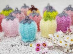 초롱꽃수세미 도안을 공개합니다~~^^ 얼굴이 보이지 않는 인터넷 세상이지만.... 최근 너무 감사하게도 아... Crochet Scrubbies, Crochet Potholders, Crochet Bouquet, Crochet Flowers, Loom Knitting Patterns, Hand Knitting, Freeform Crochet, Knit Crochet, Chrochet