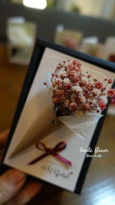 """프리저브드플라워는?? 가장 싱그럽고 아름다울 때의 생화에 특수가공처리하여 1000일동안 생화의 fresh한 모습을 유지하는 신비의 꽃입니다. . kakao id. 스마일플라워앤카페 블로그. http://blog.naver.com/smile_flower_cafe 인스타. https://instagram.com/smile__cafe . """"당신의 스마일을 보고싶어요"""" 'for your smile' SMILE FLOWER #여의도 #여의도스마일 #여의도플라워샵 #여의도꽃집 #여의도화원 #플라워샵 #플라워카페 #맛집 #smile #flowercafe #프리저브드플라워 #프리저브드 #preserved #preservedflower #プリジョブドゥ #プリザーブドフラワー #プリザーブド #보존화 #시들지않는생화 #시들지않는꽃 #다발 #화병 #플라워카드 #화이트데이 #특별한날 #선물 #1000일 #동서양꽃사범 #플로리스트김혜정 #생일 #발렌타인데이 #화이트데이 #이벤트 #영원한 #사랑 #카드"""