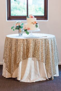 cake table/vintage-blush-and-gold-arizona-wedding/ I really like this one Wedding Linens, Gold Wedding Cakes, Vintage Wedding Cake Table, White And Gold Wedding Cake, Gold Glitter Wedding, Wedding Tablecloths, Gold Weddings, Wedding 2017, Dream Wedding