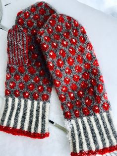 Lilians Bärvantar - Share your missing! Mittens Pattern, Knit Mittens, Knitted Gloves, Knitting Socks, Hand Knitting, Knitting Charts, Knitting Patterns, Wrist Warmers, Fair Isle Knitting