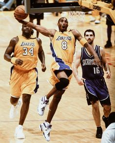 Kobe Bryant with the slam. Shaq and Peja (Sojakavic) Trailing