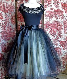 Gonna in tulle retrò romantico in tulle blu nero e aqua con una vita di nastro di raso nero bifronte di getto. Questo elenco è per la gonna