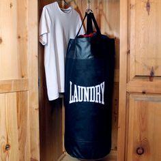 Bisher gab es nur eine Möglichkeit, was Du mit Deiner Schmutzwäsche machen konntest: waschen. Mit dem Punch Bag Laundry Bag wird sie zu Deinem persönlichen Boxtrainer. Einfach einfüllen, aufhängen und ein paar gezielte Haken gegen Deine Unterhosen schlagen.