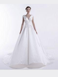 Elegantes, schlichtes Brautkleid mit tiefem V-Neckund Schleppe. Elegant, One Shoulder Wedding Dress, Rock, Wedding Dresses, Fashion, Plain Wedding Dress, Gown Wedding, Curve Dresses, Classy