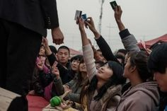 Vivre à Iphone City Une usine Foxconn dans la banlieue de Zhengzhou (province du Henan). En l'espace de deux ans à peine, une bourgade rurale a été transformée en une cité industrielle de 200 000 ouvriers, qui pour la plupart produisent des Iphones.