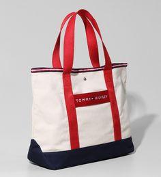 Bolsa Tommy Hilfiger, modelo Shopper nas cores Off White/Marinho. Feita em algodão, perfeita para levar tudo o que você quiser a tiracolo por aí!