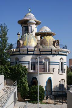 A Torre da Cruz, também chamada Casa de Ovos, trabalho de 1913-1916, do arquiteto catalão Josep Maria Jujol, em Sant Joan Despi, Baixo Llobregat na Comunidade Autônoma da Catalunha, Espanha.  Fotografia: Gab01.