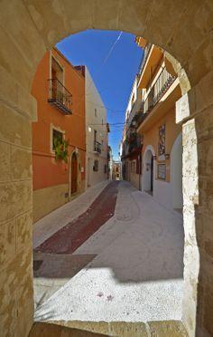 Doorkijkje naar het straatje Carrer Dr Moll in #Teulada aan de #Costa_Blanca. Een smal en kleurig steegje.