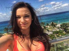 en esta imagen vemos a la actriz Irina Baeva en una explendorosa playa donde se ve un cielo muy bonito y se respira un ambiente muy tranquilo