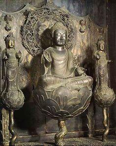 法隆寺阿弥陀三尊像:光明皇后の母である橘三千代の念持仏と伝えられ、白鳳期に製作された厨子に安置されている。丸みを帯びた柔和な顔立ちに、白鳳期の特徴が伺える。