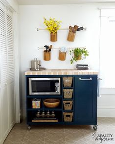 small apartment decorating 729372102132072932 - Smart 30 DIY Kitchen Storage Solutions For Your Small Kitchen Source by decorits Rolling Kitchen Island, Diy Kitchen Island, New Kitchen, Smart Kitchen, Kitchen Small, Kitchen Cabinets, Rental Kitchen, Kitchen Rustic, Diy Kitchen Storage Cabinet