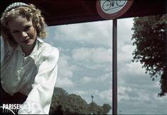 Guerre 1939-1945. Une cycliste, porte de Vincennes. Paris. Photographie d'André Zucca (1897-1973), couleurs d'origine restaurées. Bibliothèque historique de la Ville de Paris.