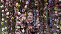 Rebecca Louise Law sur on stand au RHS Chelsea Flower Show de Londres en 2013.