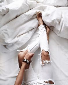 relaxing in bed in an all white outfit with ripped jeans and a cozy blanket Street Style Outfits, Fashion Outfits, Fashion Trends, Fashion 101, Style Fashion, Poses, Fashion Moda, Womens Fashion, Vogue