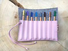Unsere Stifterolle aus Designfilz und Leder bietet Fächer für Stiften und Kugelschreiber. Geschlossen wird das Etui mit einem Gummiband.  Wir fertigen diese Stifterolle in unterschiedlichen...