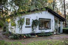 Een romantisch en gezellig boshuisje op de Veluwe met privacy. Gelegen aan een bosrijk zandpad in een grote bostuin van 1600 m2. Slecht 5 minuten en u bent midden in de natuur. Rust gegarandeerd! Geniet van de grote variatie aan dieren die in onze bostuin leven. Ook dichtbij karakterstieke plaatsjes als Elburg en Hattem en wellness resort De Veluwse Bron. Er even helemaal tussenuit! Weekender, Forest Cottage, Rustic Gardens, Tiny House Design, Bed Design, Cottages, Resorts, Romantic, House Styles