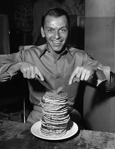Frank Sinatra: but those pancakes though... People Icon, Old Hollywood Movies, Golden Age Of Hollywood, Classic Hollywood, Hollywood Stars, Vintage Hollywood, Dean Martin, Rare Photos, Old Photos