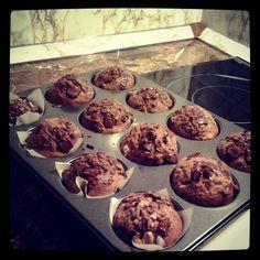 """Důležité je smíchat zvlášť sypké a """"mokré"""" suroviny.  Vajíčka tedy rozšleháme v mléce a oleji, přisypeme smíchané sypké suroviny a... Cap Cake, Christmas Sweets, Desert Recipes, Ham, Food And Drink, Cheesecake, Cookies, Breakfast, Nova"""