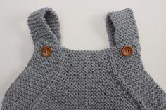 Peto para bebé de algodón - Patrón gratuito - Costurea Blog Crochet Toddler Dress, Crochet Baby, Knit Crochet, Baby Knitting Patterns, Baby Patterns, Knitted Baby Clothes, Baby Coat, Baby Pants, Free Pattern