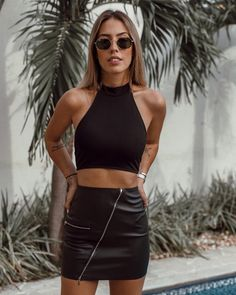 Have you ran out of outfit ideas to wear to a bar? These cute, easy and sexy looks will help you come up with new bar outfits. All Black Outfits For Women, Club Outfits For Women, Black Women Fashion, Look Fashion, Clothes For Women, All Black Outfit For Party, Outfit Summer, Party Outfit Women, Bar Outfits