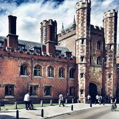 From our friends at Cambridge  @cambridgecolleges - The gatehouse of St John's college... #goviewyou