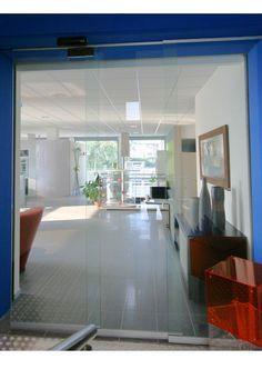 porta automatica telescopica solo cristallo Borgo arredo e design, soluzione per dividere ingresso da salone espositivo, tutta in cristallo temperato e cassonetto con automatismo verniciato in tinta.
