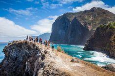 Madère, l'île de l'éternel printemps - via Délices Magazine 28-09-2016 | Madère, d'origine volcanique, offre un climat subtropical qui le rend agréable et doux tout au long de l'année et qui lui vaut entre autres les surnoms d'« Île de l'éternel printemps », le « Jardin flottant » ou la « Perle de l'Atlantique ». Sa topographie constituée de montagnes et de vallées majestueuses offre une multitude d'activités touristiques, notamment la randonnée ou l'observation des végétaux pour les…