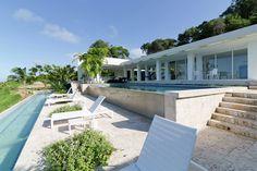 Terrasse et piscines à débordement à deux niveaux de cette belle villa contemporaine