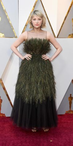 Haley Bennett Evening Dress - Haley Bennett worked a queen-of-the-meadow look with this feathered green and black gown by Dior Couture at the 2018 Oscars. Haley Bennett, Runway Models, Robes D'oscar, Look Star, Oscar Dresses, Dior Couture, Bridesmaid Dresses, Wedding Dresses, Red Carpet Looks