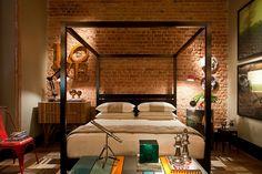 Quarto com tijolinhos aparentes na parede. #assimeugosto #interiores