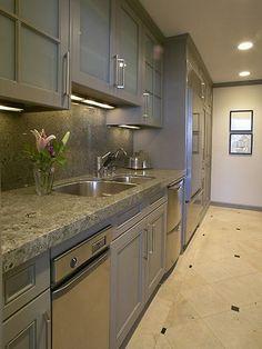 Choosing Kitchen Cabinet Knobs, Pulls and Handles : Home_improvement : DIY  I like this countertop and backsplash.