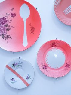 this is.: Kamille Ideer amazingness with dishes Do It Yourself Furniture, Do It Yourself Projects, Do It Yourself Home, Spray Paint Tips, Spray Painting, Painting Art, Stencil, Painted Plates, Pink Plates