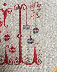 Minnie Baby, Family Ornament, Xmas Cross Stitch, Christmas Cross, Pin Cushions, Needlework, Bohemian Rug, Alphabet, Christmas Decorations