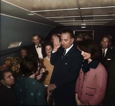 LBJ est investi président à bord d'Air Force One le 22 novembre 1963.  //  LBJ is sworn in as president aboard Air Force One on 22 November 1963.