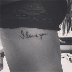 """Pequeño Tatuaje que dice """"Te quiero"""" tatuado en el dorsal."""
