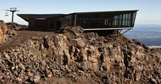 How's this for eating on the edge! Knoll Ridge Café Situated on the Edge of New Zealand's Largest Active Volcano New Zealand Architecture, Architecture Photo, Modern Architecture, New Zealand Mountains, Cafe Pictures, Cafe Seating, Active Volcano, Glass Facades, Building Exterior
