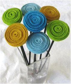 Easy felt flowers reminds me of The Lorax! Felt Diy, Felt Crafts, Fabric Crafts, Sewing Crafts, Diy And Crafts, Arts And Crafts, Felt Flowers, Diy Flowers, Fabric Flowers