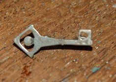 Broche met sleutel: Open het dorp Arnhem? Gemerkt: zilver zwaardje 925 Lengte: 2.3 cm