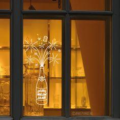 Hiep hoi, tijd voor een feestje! Decoreer je huis met deze leuke oudjaar avond #raamtekening met vuurwerk champagne. Gelukkig nieuwjaar!