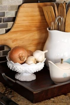Antique Vintage Decor Ways to Decorate with Milk Glass — How to Use Milk Glass Around the House - This beautiful textured glass works in every room of your house. Shabby Chic Kitchen, Vintage Kitchen, Glass Dishes, Glass Bowls, Glass Texture, Vintage Glassware, Vintage Dishes, Carnival Glass, Glass Collection