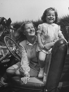 Actress Barbara Bel Geddes and Her Daughter Sitting in Convertible Classic Hollywood, Old Hollywood, Barbara Bel Geddes, Glynis Johns, Ethel Waters, Hattie Mcdaniel, Star Family, Turner Classic Movies, Old Movie Stars