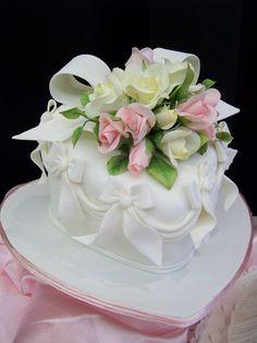dawnparrott Heart Shaped Birthday Cake, Heart Shaped Cakes, Heart Cakes, Beautiful Wedding Cakes, Beautiful Cakes, Amazing Cakes, Pretty Cakes, Cute Cakes, Cakes For Women
