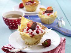 Außen knusprig, innen lecker gefüllt: Erdbeer-Körbchen