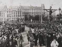 A partir del 26 de gener, la plaça Catalunya va ser escenari de nombroses demostracions religioses i feixistes, com aquesta del 5 de març de 1939, un homenatge al Santo Cristo de Lepanto. Foto: ARXIU MUNICIPAL CONTEMPORANI DE BARCELONA (AMCB).