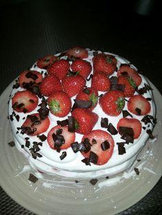 Lactosevrije taart! -biscuitmix van dr oetker - suiker + vanille suiker - verse aardbeien - alpro slagroom - klopfix van dr oetker - eieren - lactose vrije melk - aardbeienjam - pure blokken